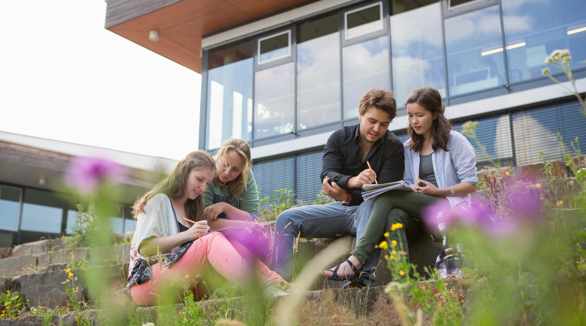 Studierende_vor_dem_Gebaeude_der_Alanus_Hochschule